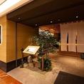 当店は博多駅より徒歩1分!お仕事帰りのご宴会や飲み会、接待や会食にも便利な好立地です。4名様、6名様の簾と引き戸を用いたお席はご利用人数に応じてレイアウト変更もできます。最大20名様のお席としてもご利用可能。