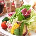 料理メニュー写真旬野菜とお豆の採れたてサラダ
