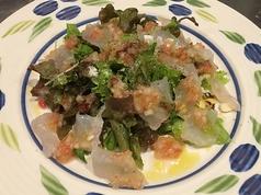 料理メニュー写真鮮魚のカルパッチョサラダ