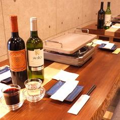 木の温もりを感じながら、厳選ワインや溶岩焼・野菜をご堪能ください・・・