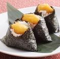 魅惑の名古屋飯★【天むす(3個入り)】583円ふかふかのご飯の中に、プリップリ食感の海老の天ぷらをまるごと入れた一口サイズのおむすび。3個入りなので、贅沢におひとりで食べても良し、みんなでシェアして食べるのもオススメです!