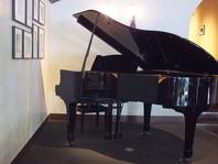 落ち着いた雰囲気でのピアノ演奏あり!