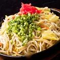 博多屋台の名物 鉄板焼きラーメン 自慢の水炊きスープと海洋深層水で練り上げた極太ちゃんぽん麺を丁寧に合わせて作り上げる名物品です。〆のお料理に大人気です