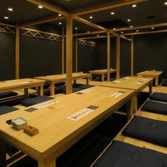 【貸切でのご宴会に】大人な雰囲気の広々としたゆったり個室は貸切でのご宴会にもおすすめ。個室空間を自由に仕切ることが可能。1組2名~50名様までの個室宴会が可能です。
