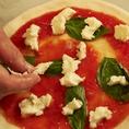 人気ナンバーワンのマルゲリータのミルキーなモッツァレラチーズと、香り豊かなバジルを散らせて