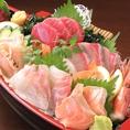 【こだわりの鮮魚をご提供♪】当店のおすすめ料理!!鮮魚のお造り盛り合わせ。仕入にこだわった鮮魚をお愉しみ下さい!!静岡の地酒を多数ご用意しております。お造り盛り合わせ以外にも、おでん盛り合わせ・お1人様~でお愉しみいただける豚・牛しゃぶしゃぶ・天ぷらなど豊富なメニューも魅力♪【静岡駅 飲み放題 宴会】
