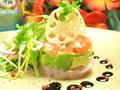 料理メニュー写真島のお魚とアボガドのミルフィーユサラダ