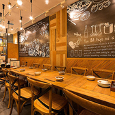 ビストラの店内は、ブルックリンスタイルの内装が特長です。壁一面に広がる黒板に描かれた、英字+アートのウォールペイントがとってもお洒落♪黒板前のテーブル席は4名様テーブルが4卓並び、最大16名様までご利用可能です。壁やテーブル席は温もりあるウッド調で統一し、女子会や大人の合コンにぴったりの素敵な空間です。