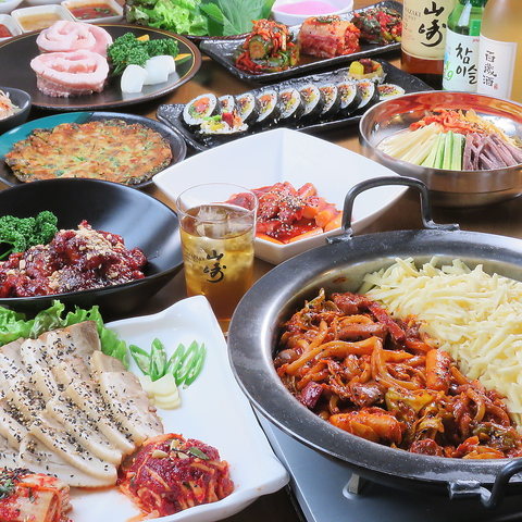 名勝・三溪園近くのお店。城の外観が目印。本格的な韓国家庭料理をお楽しみください。