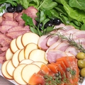 料理メニュー写真例)コールドミートとスモークチーズやサーモンの前菜