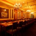16名様までご利用いただけるテーブル席個室。おしゃれなシャンデリアがついた豪華客船の中のような店内は広々としています。宴会、食事会など大人数の宴会などに特におすすめのお席となっております。宴会コースなども多数取り揃えておりますのでそちらもぜひあわせてご利用ください。