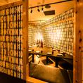 間接照明が灯るお席は大人の上質な空間へ。こだわりのインテリアに囲まれた店内でおいしい料理を。