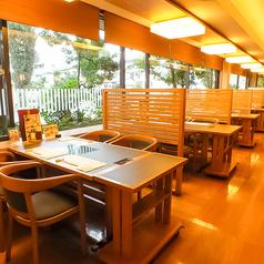 仕切りのあるテーブルです。周りを気にせず、外を眺めながらゆっくり広い店内でお食事をお楽しみ下さいませ☆