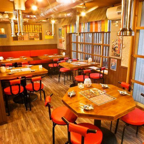 1階には少人数宴会や女子会等にぴったりのテーブル席があり、窓が大きく広がり、外の風景も眺めながら韓国料理を楽しめる♪