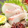 毎朝仕入れる新鮮魚介類は当店自慢のひとつ。大ぶりで食べごたえも文句なしの逸品を揃えております。