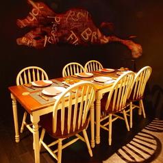 2名様~様々な人数でご利用可能な広々としたテーブル席をご用意しております。基本的には4人掛けのお席ですが、お席の移動も場合によっては可能です。お気軽にご相談ください♪