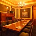 10名様までご利用可能なテーブル個室。シャンデリアがついた豪華客船の中のような店内。完全個室なのでまわりを気にすることなくお楽しみいただけます。接待、女子会、合コンなどちょっと大人な宴会や接待などにもぴったりのお席となっております。