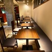 デザイン性のある無骨なコンクリートの壁と木目を基調にした内観は落ち着きのある雰囲気!