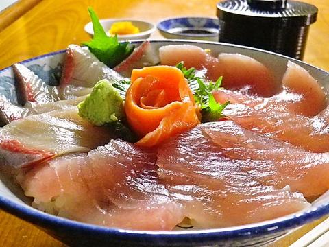 地元で獲れた新鮮な魚介類を、思う存分堪能できる店。旨い!がこだまする魚の名店。