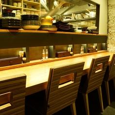 テーブル席と壁で仕切られたカウンター席。デート利用にもおすすめです。