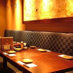 最大16名様までご利用頂けるテーブル席は歓迎会や送別会などにもおすすめのお席となっております!幹事様ご安心の飲み放題付き宴会コースは4,000円~ご用意致しております!たっぷり2時間の飲み放題付きでたっぷりとご宴会をお楽しみ頂けます!合コン、接待、飲み会など様々なシーンにご利用くださいませ!