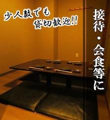 個室+座敷+掘りごたつ式となっております!少人数の飲み会・会社帰りの飲み会・接待に最適!周りを気にせずにお話し出来る空間となっております!落ち着いた空間で海鮮料理と日本酒をお楽しみ下さいませ!個室の場合はお早目のご予約がおすすめです!