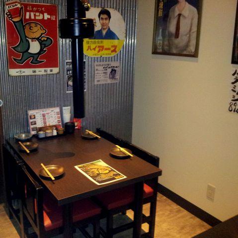 昭和レトロな雰囲気と音楽でリラックスして食事ができます。