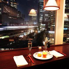 テーブルも多数ご用意しております。大きい窓が特徴で、窓際のお席は贅沢に夜景とトレインビューが楽しめます。ご予約お待ちしております。