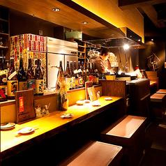 仕事帰りのサク飲み・デートのご利用にもおすすめ☆カウンター席では豪快な藁焼きを間近で見られます!カウンターは1名用×5席、2名掛けベンチシートが4席があります。