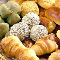 焼きたてパンを食べ放題でお楽しみ下さい。