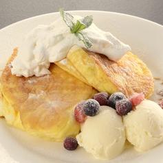 料理メニュー写真リコッタチーズのパンケーキ~ベリーソース~