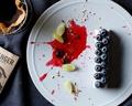 料理メニュー写真ブルーベリーレアチーズケーキ カシスの香りのベリーソース