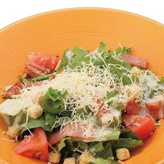 料理メニュー写真チーズたっぷりシーザーサラダ