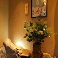 暖簾をくぐり、小さな扉を開けると、まずは季節のお花がお出迎え。女将の心遣いを感じさせる週替わりの生け花。