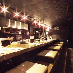 落ち着いた雰囲気の中にも活気溢れるオープンキッチンのカウンタ。ふかふかソファーが◎。ぎゃらりぃ栞屋自慢の幻想的な照明の中でゆったり座れてデート使いにもピッタリのお席です。お一人様でのご利用や女性同士の飲み会などにも人気。(京都駅 居酒屋 和食 海鮮 日本酒 飲み放題 個室 接待 宴会 女子会 誕生日 記念日)