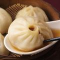 料理メニュー写真スープたっぷりショウロンポウ(4ヶ)/ピリ辛ゴマだれ水ギョーザ(5ヶ)