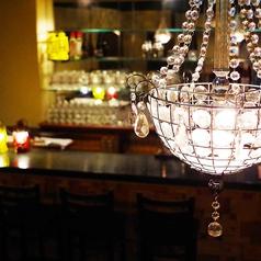 シャンデリア輝くカウンターで今宵も一杯。