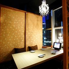 【2名様用個室】2名様用のカップルシートになります。デートの帰りやお食事に梅田にある全席個室の居酒屋「流れの響き」はいかがでしょうか。落ち着いた店内の中で、素敵なシャンデリアの照明が照らし出すお部屋をご用意致します。