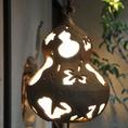 お店の入口を灯す、京都旧家が遺した釣灯籠。お店に入った瞬間から、空気が違うように感じるかもしれません。