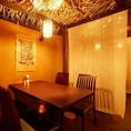 ハワイアンな雰囲気の店内はカーテンで仕切られたテーブル席が多数。