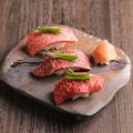 料理メニュー写真肉寿司の盛り合わせ