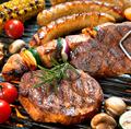 料理メニュー写真例)色々な肉料理の盛り合わせ