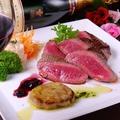 料理メニュー写真フォアグラのせ「牛ももステーキ」苺とバルサミコのバターモンテソース