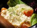 料理メニュー写真名物の燻製ポテトサラダ