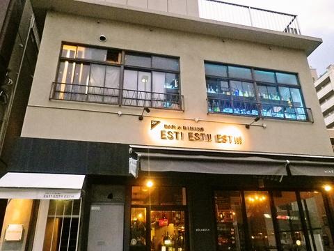 優しく照らされた店の名前と、窓から見えるブルーのライトが目印の大人の隠れ家。