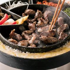 料理メニュー写真その1 真ん中でお肉を焼きます。
