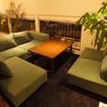 半個室のプライベート空間のソファー席。3~5名様まで。