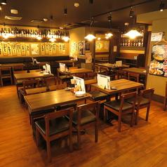 広々とした店内にはテーブル席が多数あります。6名様用と4名様用があり、どれも組み合わせが自由です。職場の歓送迎会や各種ご宴会、地域の集まりなど用途は様々。人数やご希望のレイアウトなどいkがるにお申し付けください。
