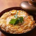 料理メニュー写真究極の比内地鶏親子丼(お新香・白濁スープ付)
