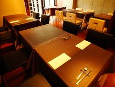 人数によってレイアウト可能なテーブル席。女子会やご家族等、ゆったりとお寛ぎ頂けます。